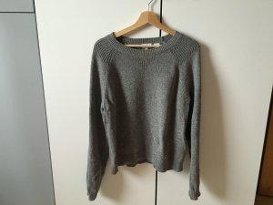grauer Pullover von Levis