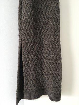 Grauer Schal mit Zopfmuster