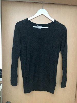 Grauer schöner Pullover