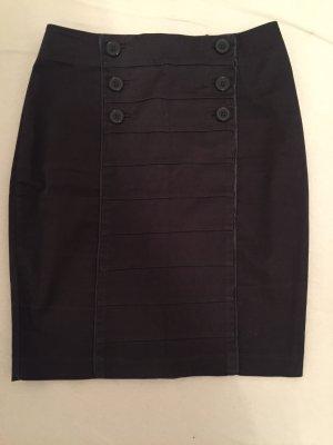 Grauer Stiftrock mit Zierknöpfen
