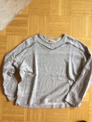 Grauer Sweater mit Reißverschlussdetail