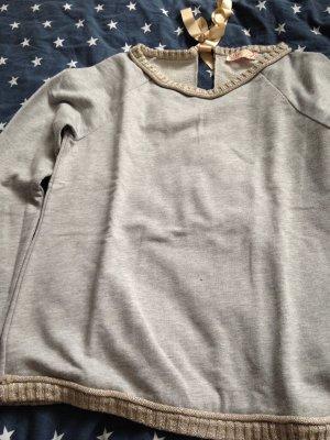 Grauer Sweater mit Schleife am Rückenausschnitt