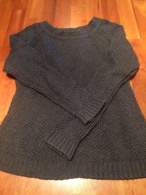 Grauer warmer Pullover