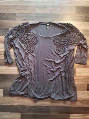 Graues 3/4 Shirt mit Verziehrung an den Schultern