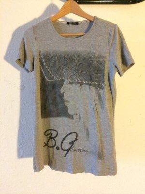 graues, bedrucktes T-shirt, lang geschnitten