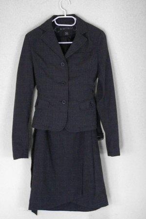 graues Business Outfit mit Blazer und trägerlosem Kleid