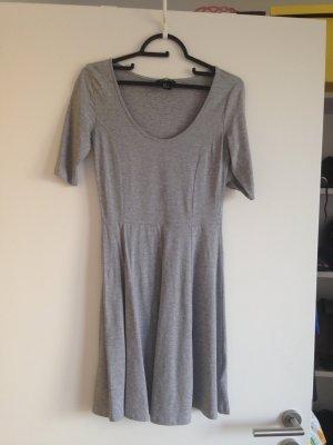 Graues Kleid mit Ärmel