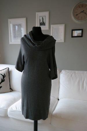 Graues Kleid mit integriertem Schal