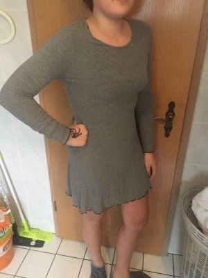 Graues Kleid Mit Kringelrand