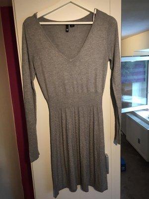 Graues Kleid mit langen Ärmeln