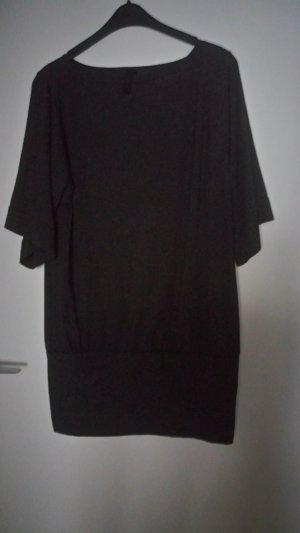 graues Kleid mit mittellangen Ärmeln