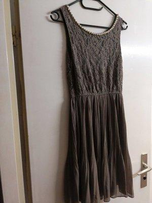 Graues Kleid mit Perlenkette