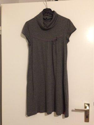 Graues Kleid mit Rollkragen