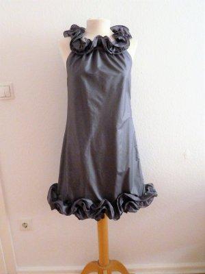 Graues Kleid mit Rüschen