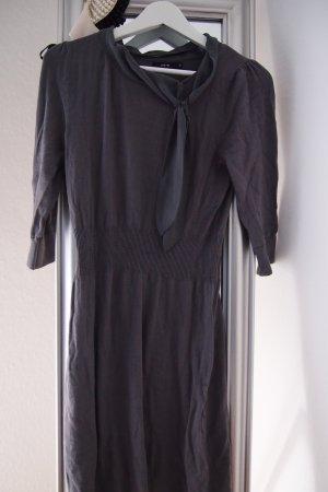 graues Kleid mit Schluppe