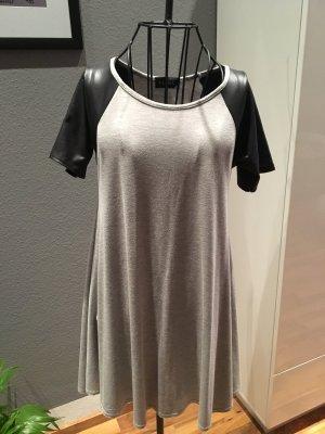 Graues Kleid mit Schwarzen Ärmel