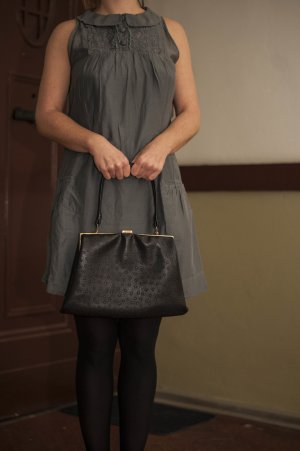 graues Kleid mit Spitzeneinsatz