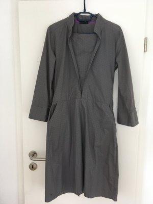 Graues Kleid mit vielen kleinen Besonderheiten