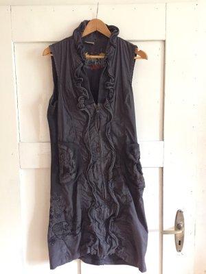 Graues Kleid mit Volants und Stickereien