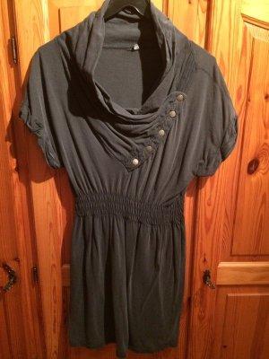 Graues Kleid mit Wasserfallausschnitt.