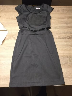 Graues Kurzärmelige Kleid