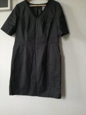 Graues kurzärmeliges Business-Kleid