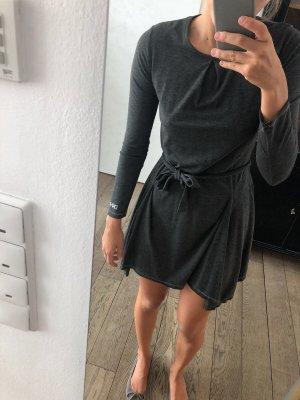Graues langärmliges Kleid