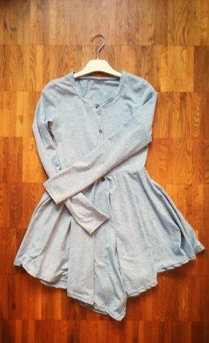 graues Langarmkleid mit Holzknöpfen