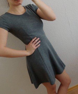 Graues leicht ausgestelltes Kleid