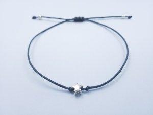graues Makrameearmband mit silberfarbenem Stern