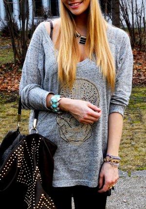graues Oversized Sweater mit Totenkopf