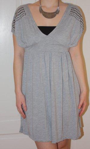 Graues Partykleid mit silbernen Nieten
