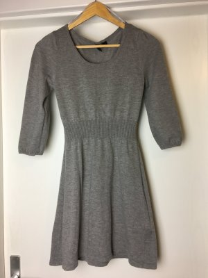 Graues schlichtes Kleid