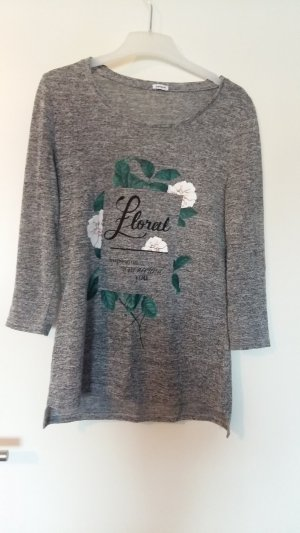 graues Shirt mit Aufdruck