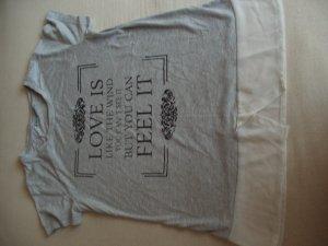 graues Shirt mit einem Spruch