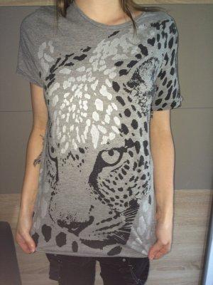 Graues Shirt mit Leo Print