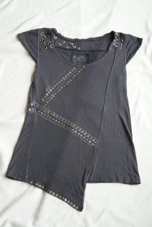 graues Shirt mit Nieten