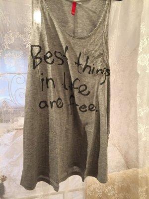 graues Shirt mit Print