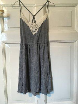 Graues Sommerkleid mit Spitzenausschnitt