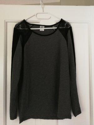 graues Sweatshirt mit schwarzer Spitze an den Schultern