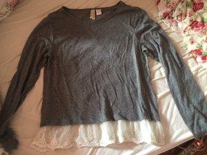 Graues Sweatshirt mit weißer Spitze