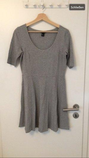 Graues T - Shirtkleid