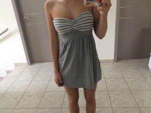 Graues trägerloses Sommerkleid