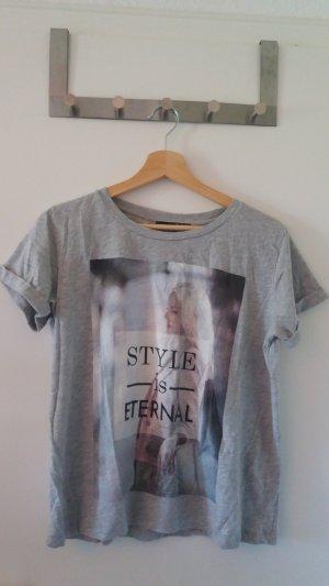 Graues Tshirt mit aufgedrucktem Motiv
