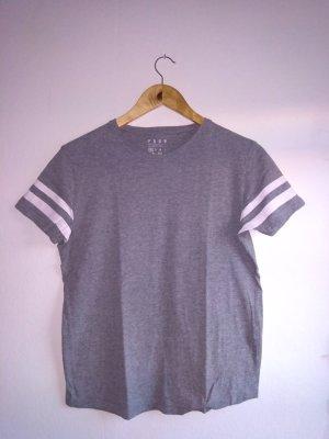Graues Tshirt mit Streifen am Ärmel