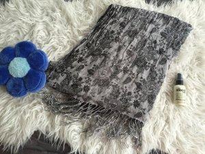 graues Tuch mit Blumenmuster