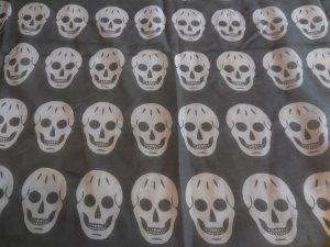 Graues Tuch mit Totenkopfprint in weiß von Pieces