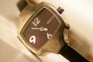 Grazile Uhr von DKNY im Aubergineton