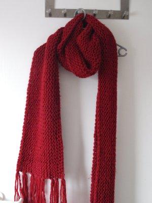 grob gestrickter roter Schal