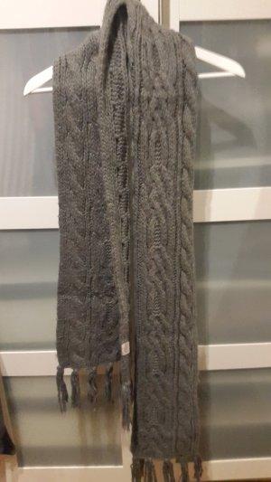 Grobgestrickter langer Schal mit Fransen